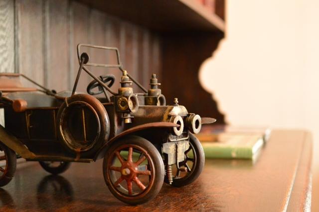 おもちゃのアンティーク車の写真 アイキャッチ画像